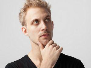 zamyšlený muž v černém tričku