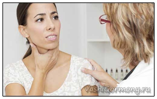 Foto ženy si stěžují na hyperplazie štítné žlázy