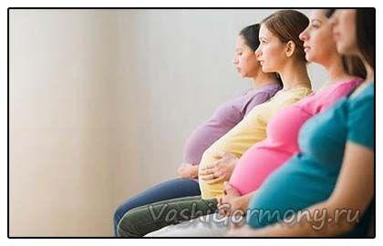 foto trudne mlade žene sjede u nizu