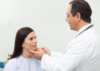 umflarea gâtului unei femei
