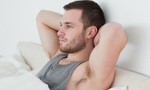 Muškarac u krevetu