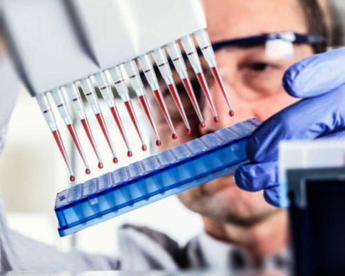 Predstavuje krvný test pre detekciu parazitov (enzýmová imunoanalýza)